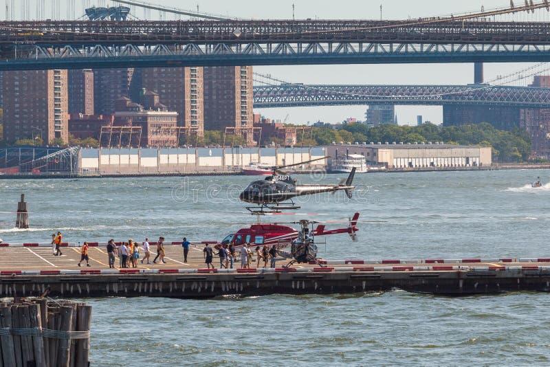 Hélicoptère noir au-dessus d'héliport dans le Lower Manhattan à New York images stock