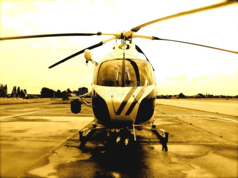 Hélicoptère sur le macadam photographie stock libre de droits