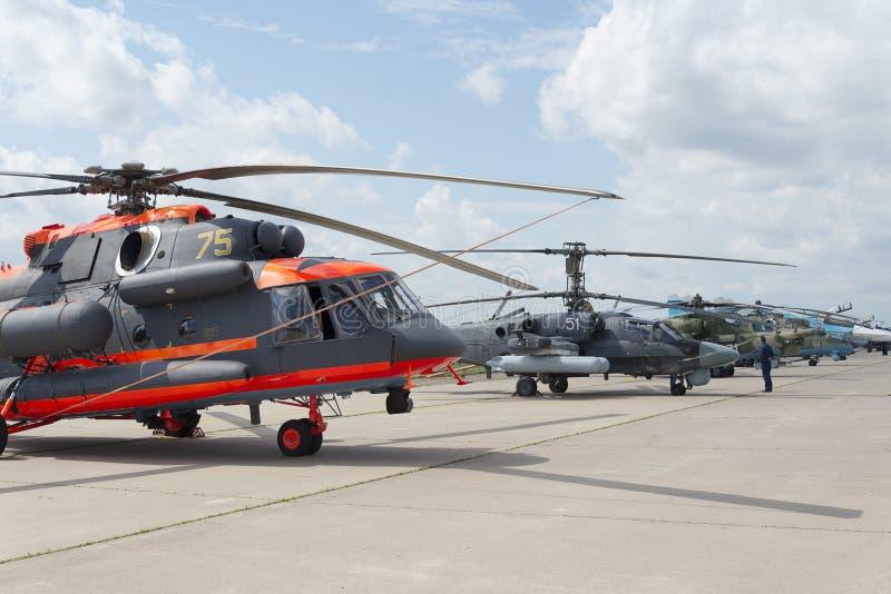 Hélicoptères militaires russes à l'exposition internationale photos libres de droits