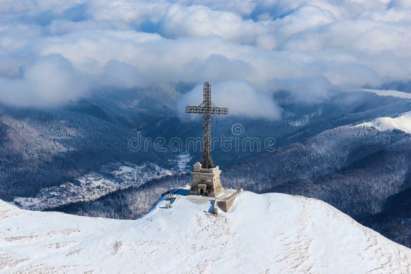 Héroes cruzados en el pico de Caraiman fotografía de archivo