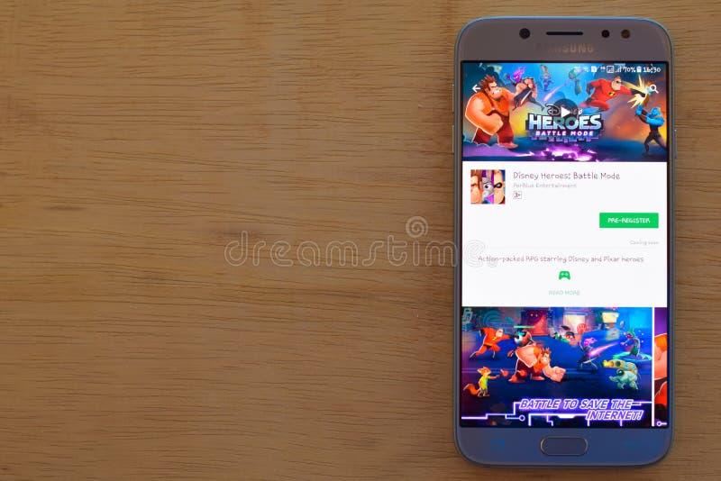 Héroes de Disney: Uso del revelador del modo de la batalla en la pantalla de Smartphone fotografía de archivo libre de regalías