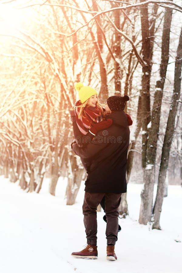 Hétérosexuel de couples l'hiver de rue photo libre de droits