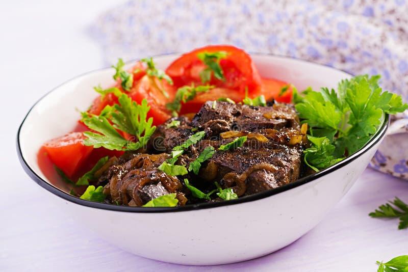 Hígado asado o asado a la parrilla de la carne de vaca con la cebolla y la ensalada de los tomates imagen de archivo libre de regalías