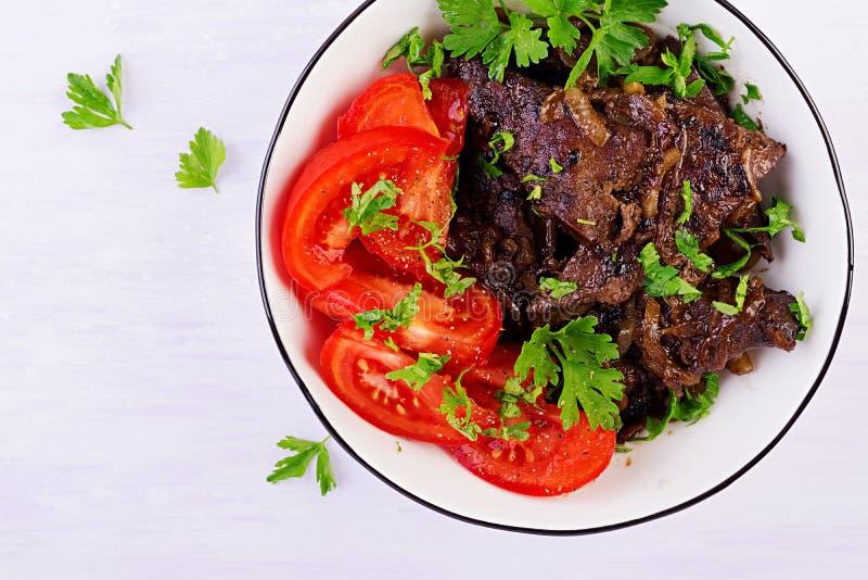 Hígado asado o asado a la parrilla de la carne de vaca con la cebolla y la ensalada de los tomates fotografía de archivo libre de regalías