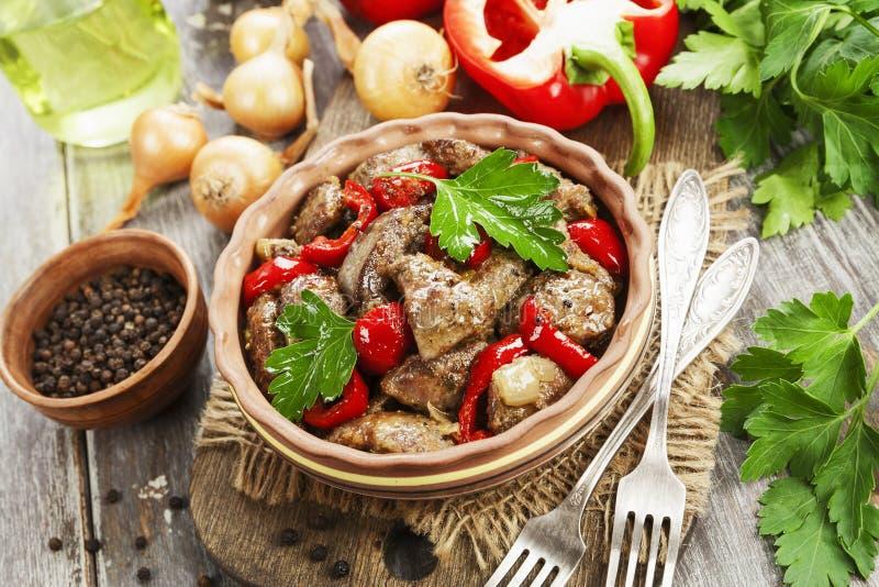 Hígado de pollo con pimienta dulce y tomates imagen de archivo