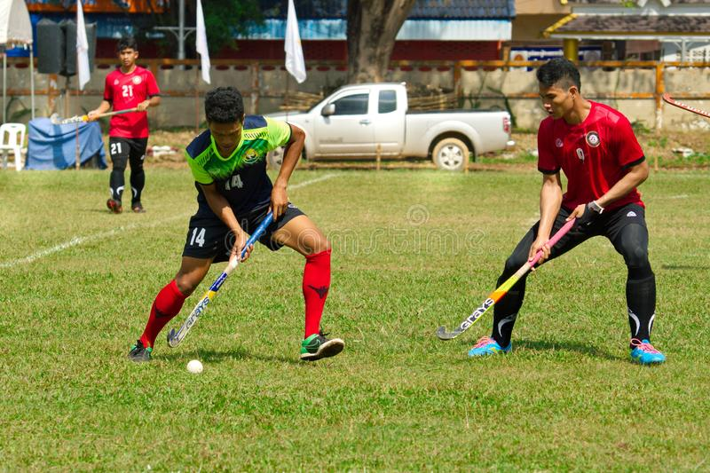 hóquei exterior Jogador de hóquei na ação durante os jogos nacionais de Tailândia imagens de stock