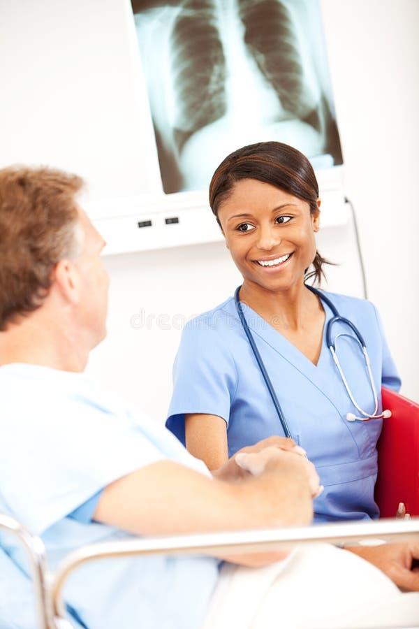Hôpital : Bonnes actualités d'infirmière photos stock