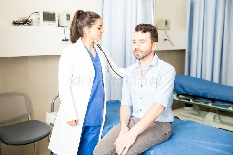 Hôpital de docteur Examining Patient In photos stock
