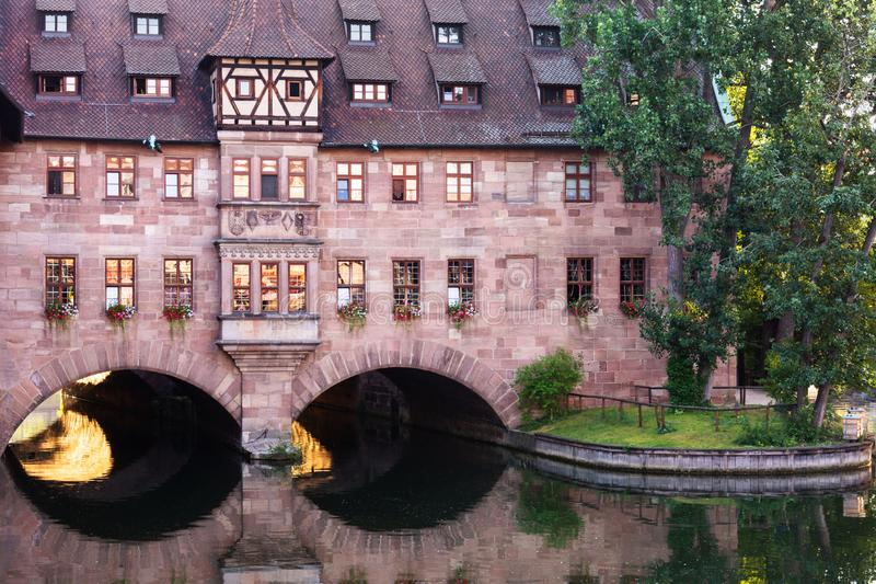 Hôpital du Saint-Esprit dans la ville de Nuremberg en Allemagne sur la rivière Pegnitz photographie stock