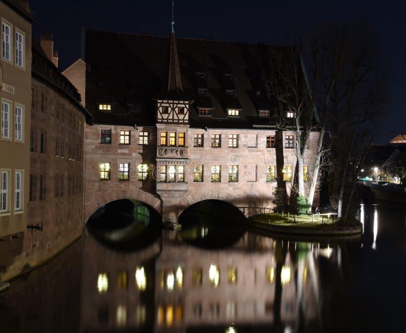 Hôpital Heilig-Geist-Spital de Saint-Esprit sur la rivière Pegnitz à Nuremberg, Allemagne image stock