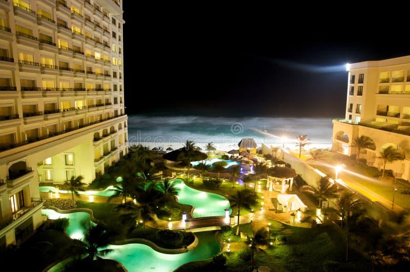 Hôtel avant de plage la nuit photo libre de droits