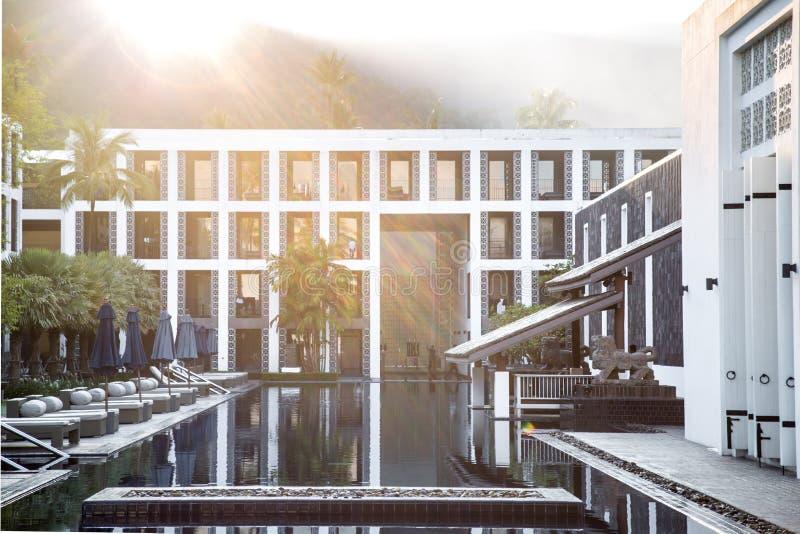 Hôtel avec la piscine images libres de droits