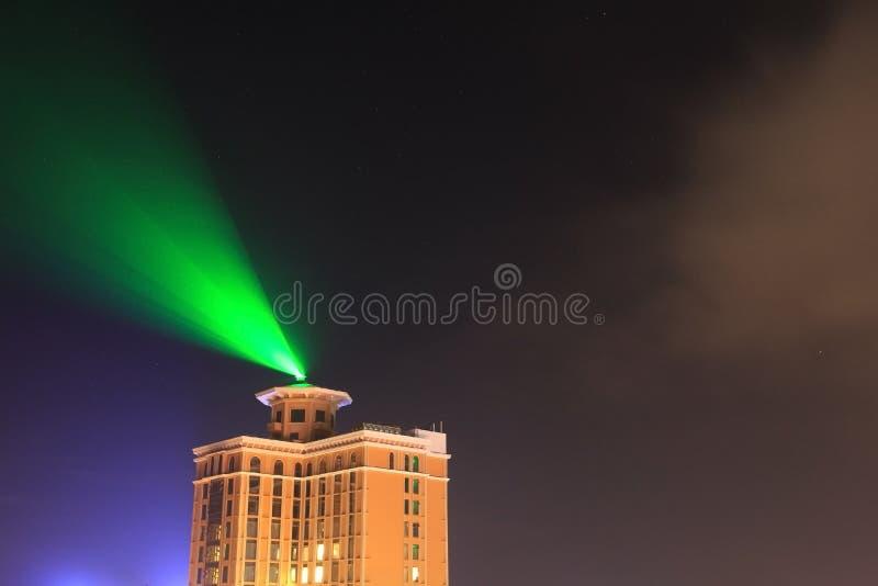 Hôtel avec le projecteur la nuit images libres de droits