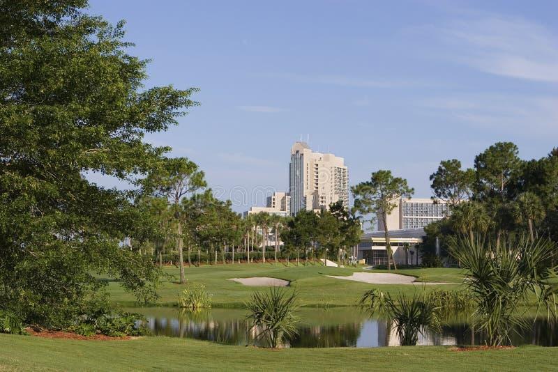 Hôtel avec le terrain de golf photos stock