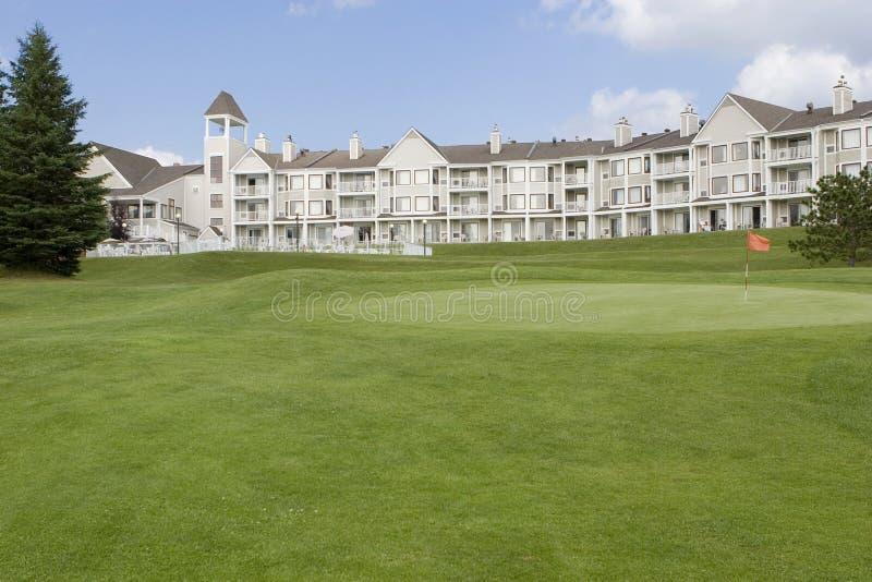 Hôtel avec le terrain de golf image libre de droits