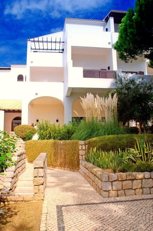 Hôtel blanc, plantes vertes et ciel bleu photo libre de droits