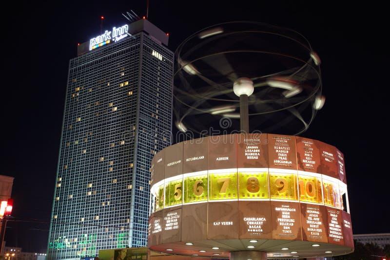 Hôtel bleu de Berlin, d'horloge du monde et de Radisson photo stock