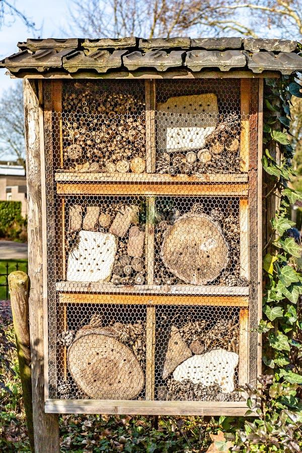 Hôtel d'insecte avec de petits morceaux de bois et de grillage photos libres de droits