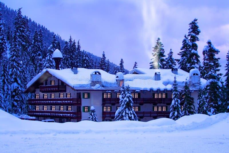 Hôtel dans la neige photo stock