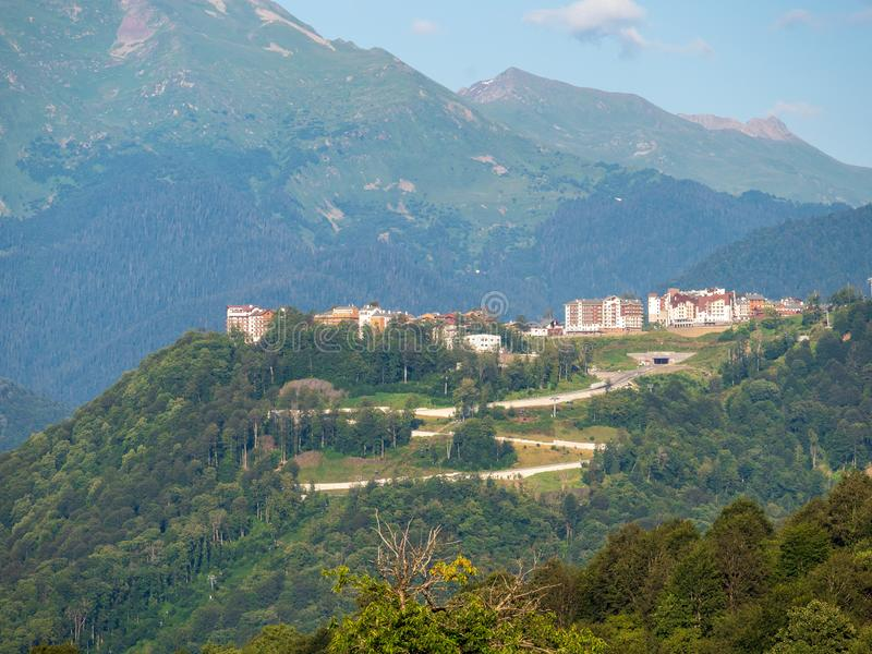 Hôtel dans les montagnes parmi la forêt verte Krasnaya Polyana, Sotchi, Russie photo stock