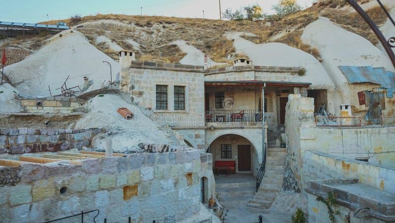 Hôtel de caverne construit dans la formation de roche en parc national Goreme, Cappadocia, Turquie image libre de droits