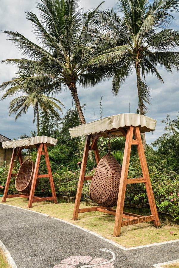 Hôtel de cottages et de villas de Candidasa de découverte de territoire avec accrocher les chaises en osier photographie stock