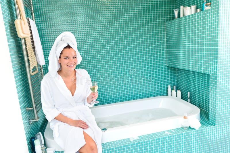 Hôtel de détente de bien-être de station thermale de salle de bains de femme heureuse image stock