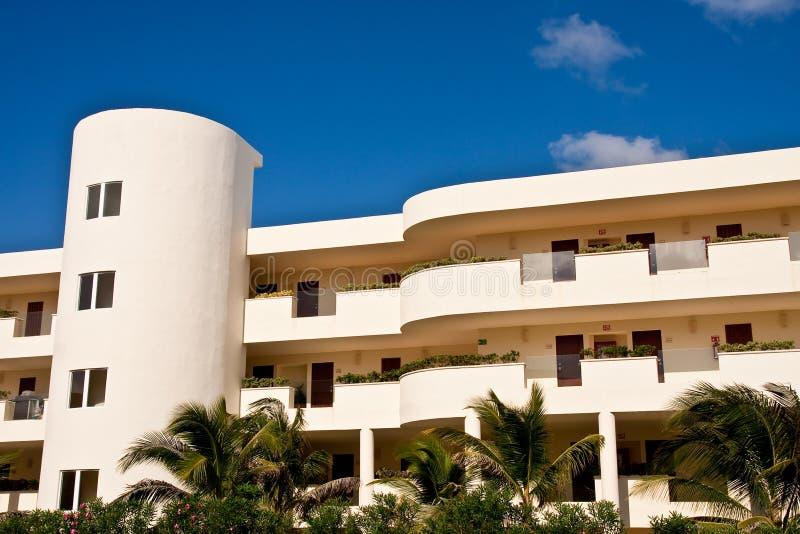 Hôtel de ressource jaune de luxe de stuc sur le ciel bleu image libre de droits