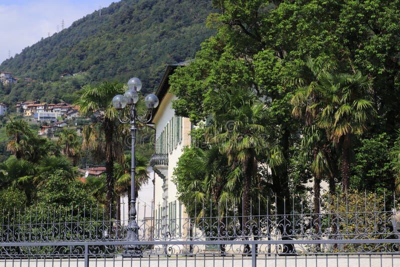 Hôtel de villa Camilla, d'administration locale et de ville avec le parc dans Domaso image stock