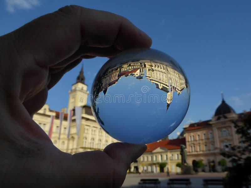 Hôtel de ville au centre de Novi Sad dans la boule de cristal image stock