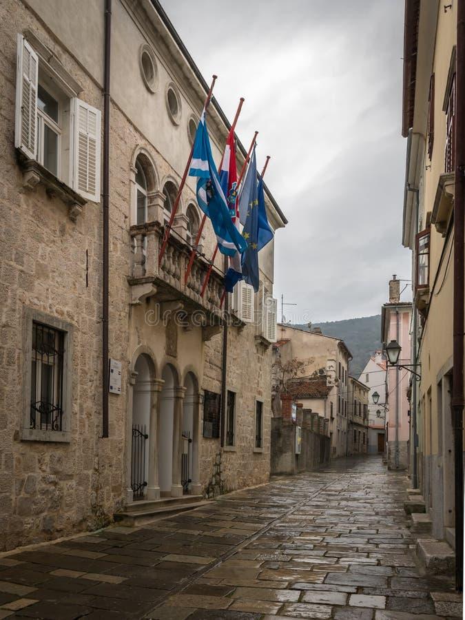 Hôtel de ville de Cres un jour pluvieux au printemps photographie stock libre de droits