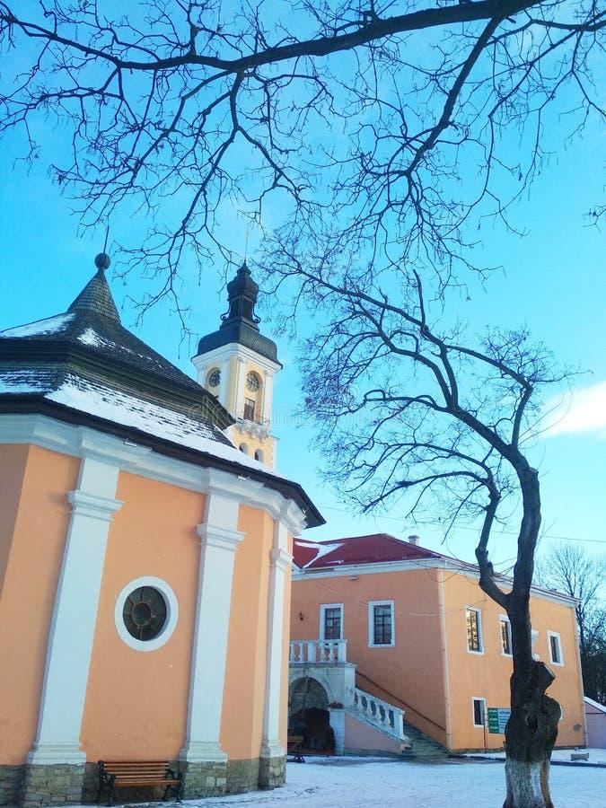 Hôtel de Ville et le puits arménien couvert un jour ensoleillé, Kamenets-Podolsky, Ukraine images libres de droits