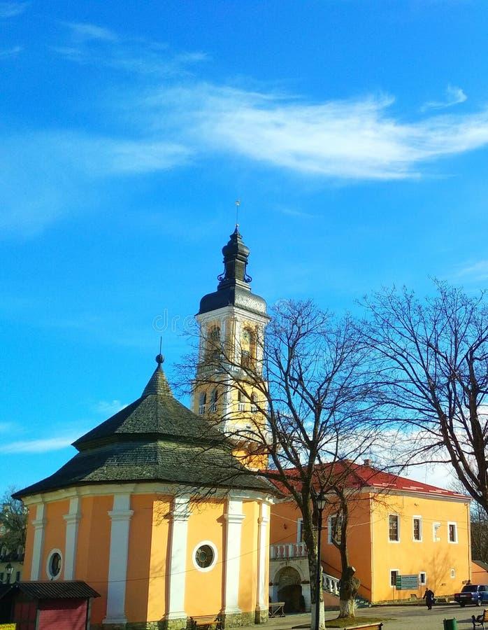 Hôtel de Ville et le puits arménien couvert un jour ensoleillé, Kamenets-Podolsky, Ukraine photographie stock libre de droits