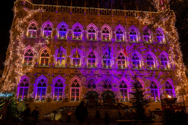 Hôtel de ville gothique lumineux de Louvain sur Noël, Belgique photo libre de droits