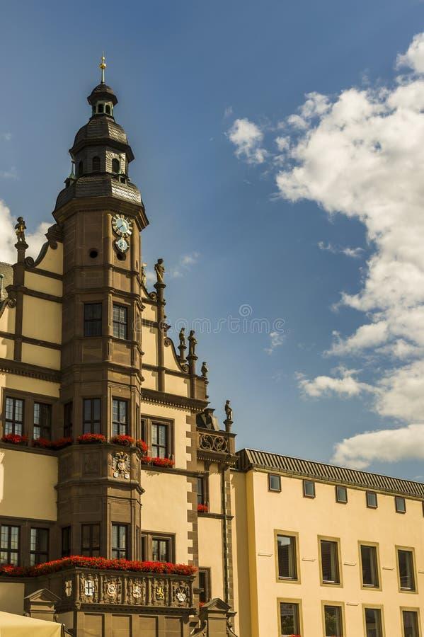 Hôtel de ville historique avec la tour et le balcon et l'extension moderne i photos stock