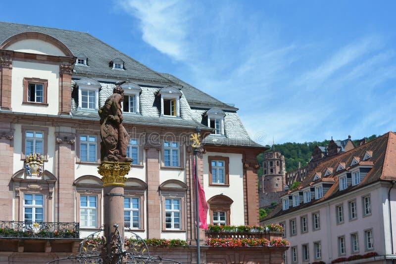 Hôtel de ville historique de ville derrière la fontaine avec la statue au jour ensoleillé de marché avec le ciel bleu photographie stock