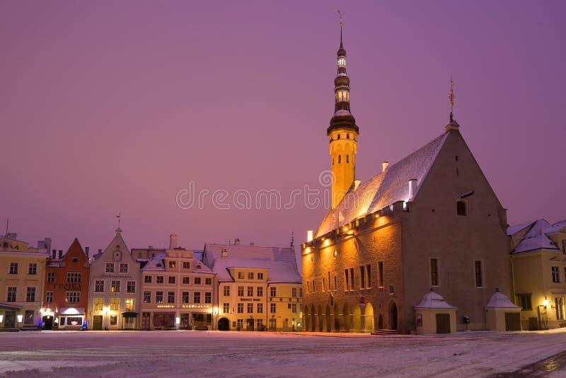 Hôtel de ville médiéval pendant le matin de place centrale en début mars Tallinn, Estonie image libre de droits