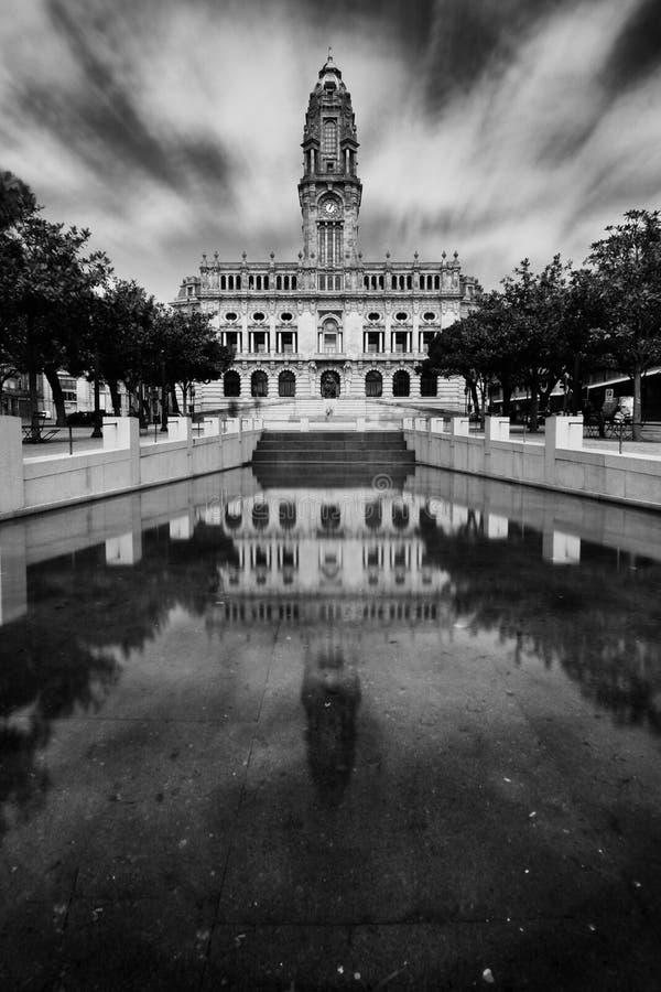 Hôtel de Ville de Porto réfléchi sur l'eau images stock