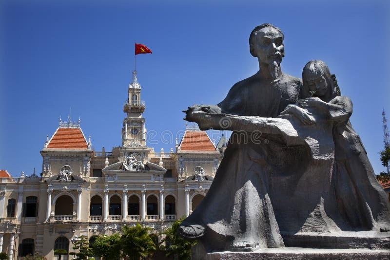 Hôtel de ville Saigon statue de Ho Chi Minh photos stock