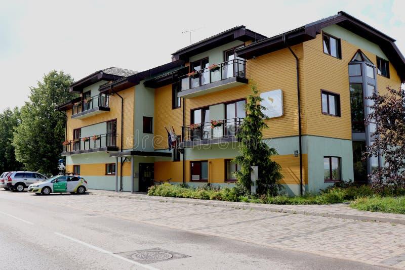 Hôtel et parking à Ikskile, Lettonie photos stock