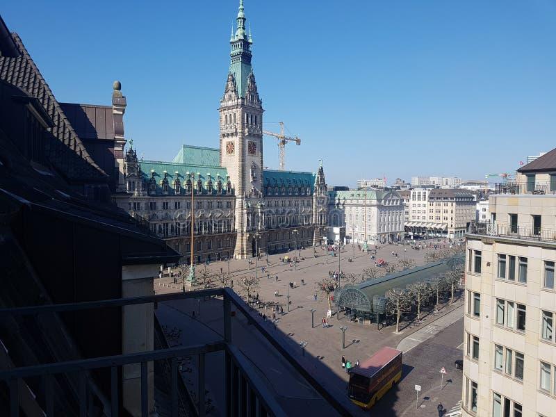 Hôtel et plutôt marché de ville de vue de balcon de Hambourg Allemagne photos libres de droits