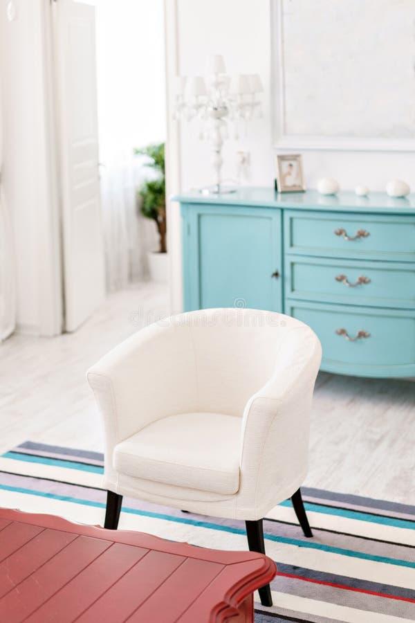 Hôtel intérieur moderne Appartement léger, pièce confortable, chaise et table basse rouge photographie stock