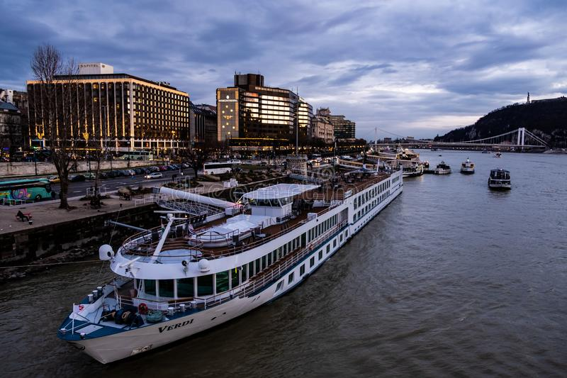 Hôtel intercontinental de Budapest sur le Danube image libre de droits