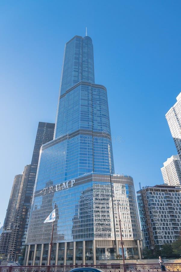 Hôtel international d'atout, tour Chicago du centre avec des drapeaux d'Américain et d'Illinois photo libre de droits