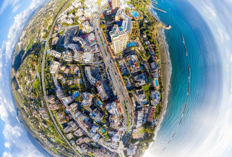 Hôtels de bord de la mer, plages et bâtiments de condominium le long de route urbaine Limassol, Chypre photographie stock