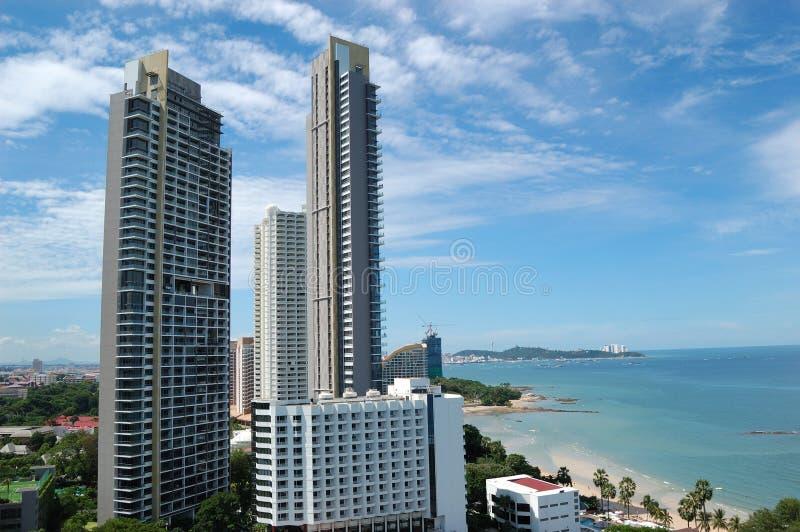 Hôtels de luxe modernes au bord de la mer photographie stock libre de droits