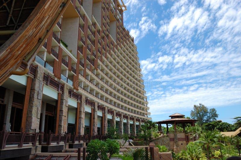 Hôtels de luxe modernes au bord de la mer image libre de droits