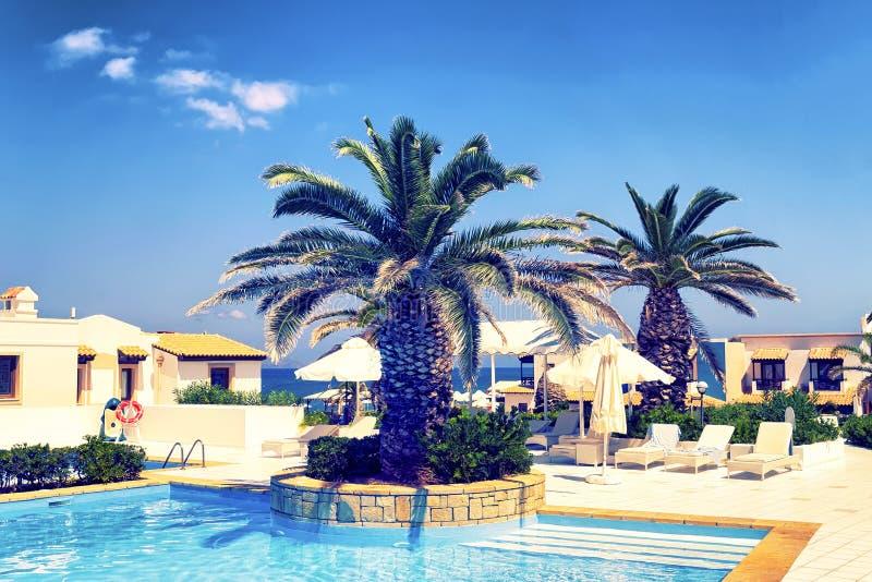 Hôtels de Luxuty avec la piscine clair comme de l'eau de roche Île de Crète, Hersonissos, Grèce photo libre de droits