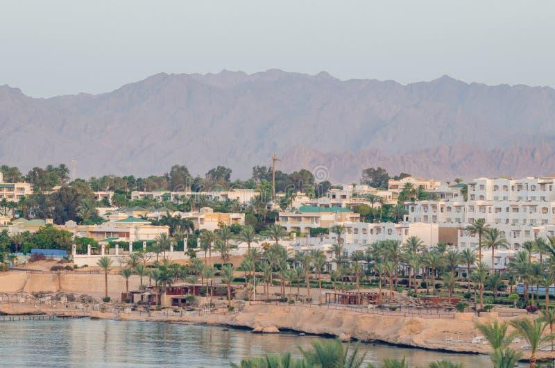 Hôtels de tourisme sur un fond des montagnes, Sharm el-Sheikh, Egypte photos libres de droits