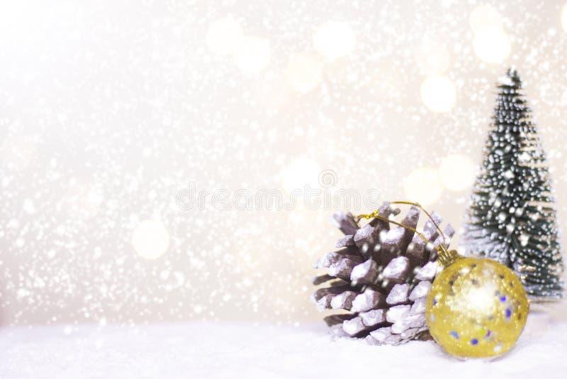 Hôtes et arbre miniatures de Santa de Noël sur la neige au-dessus du fond brouillé de bokeh, de l'image de décoration pour des va images libres de droits